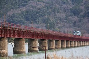 由良橋梁を渡る単車輌の写真素材 [FYI00080160]