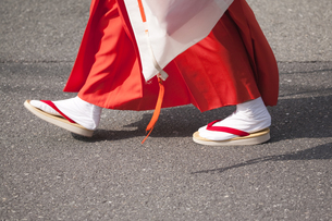白拍子装束で歩くの写真素材 [FYI00080166]