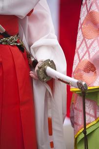カラフルな着物と太刀の写真素材 [FYI00080170]