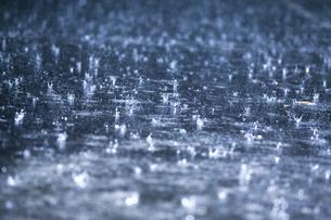 雨滴のクラウンの写真素材 [FYI00080179]