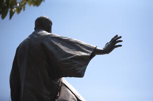 岩崎弥太郎銅像後姿の写真素材 [FYI00080207]