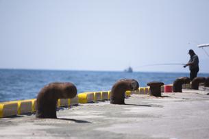 波止場と釣り人の写真素材 [FYI00080210]