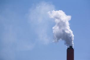 工場の煙突の写真素材 [FYI00080214]