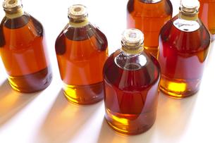 自家製ヤマモモ酒を詰めるの写真素材 [FYI00080217]