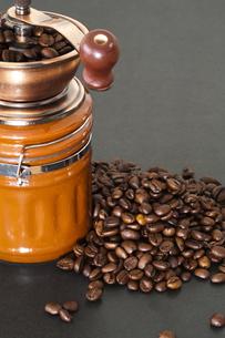 コーヒー豆とミルの写真素材 [FYI00080221]