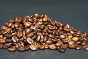 コーヒー豆一盛りの写真素材 [FYI00080228]