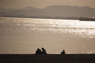 夕陽きらめく土佐湾とシルエットの写真素材 [FYI00080229]