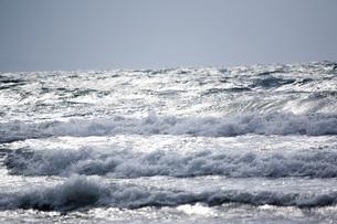 打ち寄せる波の写真素材 [FYI00080238]
