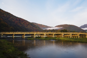 朝もや残る晩秋の渡月橋の写真素材 [FYI00080239]