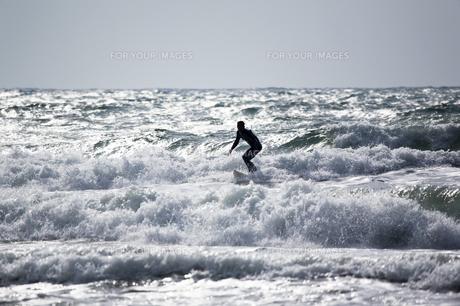 光る海とサーファーの素材 [FYI00080249]