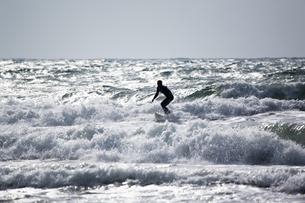光る海とサーファーの写真素材 [FYI00080249]