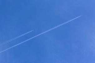 飛行機雲2機の写真素材 [FYI00080251]