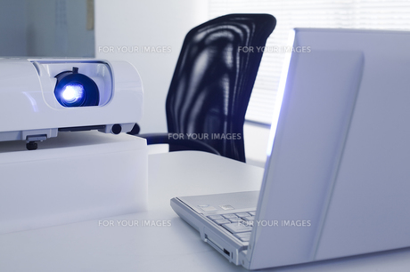 プロジェクターとノートパソコンの写真素材 [FYI00080256]