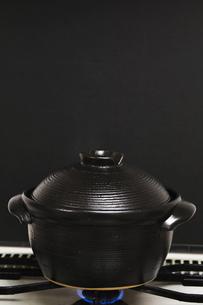 釜炊き炊飯中_黒バックの写真素材 [FYI00080269]