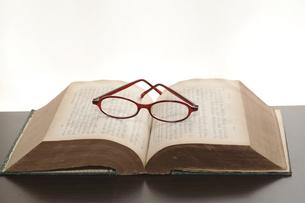 古書と眼鏡の写真素材 [FYI00080363]