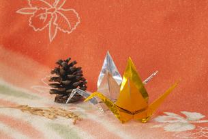 金銀の折り鶴と穀物の写真素材 [FYI00080370]
