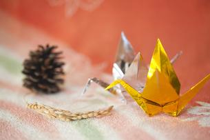 金銀の折り鶴と穀物の写真素材 [FYI00080373]