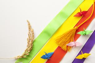 五色幕と稲穂とミニ折り鶴の写真素材 [FYI00080389]