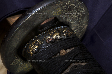日本刀の鍔と縁金細工の写真素材 [FYI00080448]