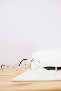 手紙と老眼鏡の写真素材 [FYI00080545]