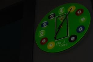 ビリヤード場の時計の写真素材 [FYI00080662]