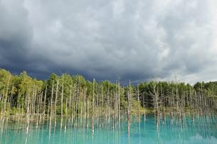暗雲かかる青い池の素材 [FYI00080697]