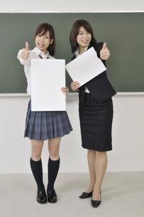 ホワイトボードを持つ先生と生徒の写真素材 [FYI00080974]