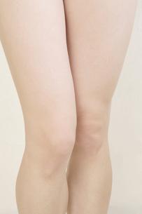 若い女性の足の写真素材 [FYI00081298]