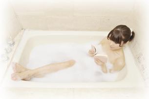 入浴しながら本を読む女性の素材 [FYI00081319]