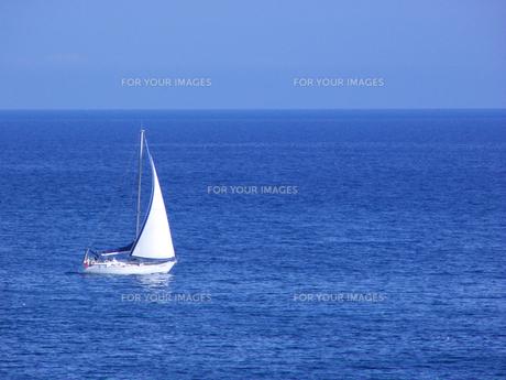大海原を疾走するヨットの素材 [FYI00081643]