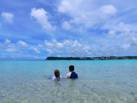 ビーチで眺める兄弟の写真素材 [FYI00081722]