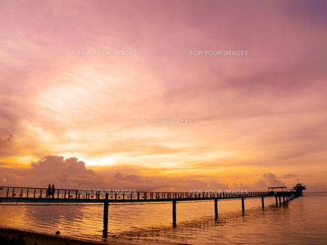 夕焼けビーチの桟橋の写真素材 [FYI00081738]