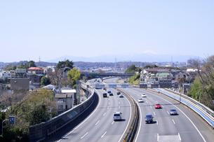 春の東名高速道路の写真素材 [FYI00081981]