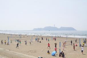 ビーチバレーと江ノ島の写真素材 [FYI00082128]