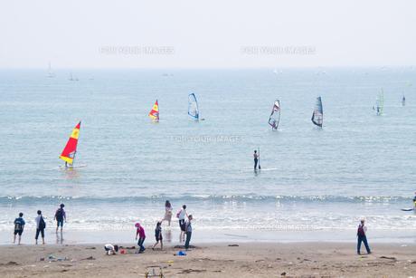 休日の湘南海岸の写真素材 [FYI00082131]