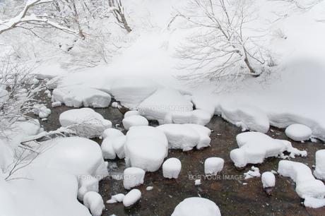 冬の川と積雪の写真素材 [FYI00082263]