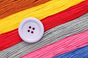 ボタンと糸の写真素材 [FYI00082728]
