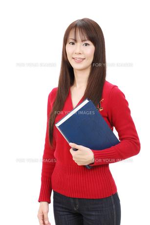 本を持つ女性の写真素材 [FYI00083827]