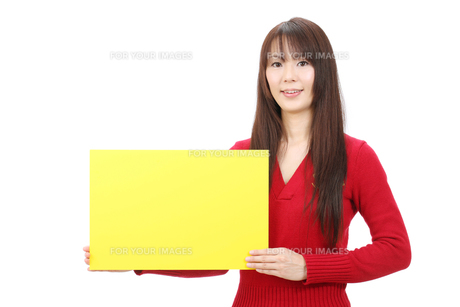 ボードを持つ女性の写真素材 [FYI00083830]