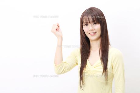 ガッツポーズの女性の写真素材 [FYI00083842]
