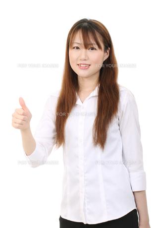親指を立てる女性の写真素材 [FYI00084087]
