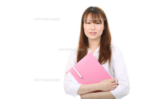 ファイルを持つ女性の写真素材 [FYI00084100]