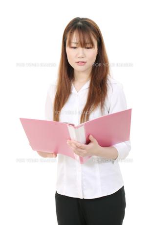 書類を見る女性の写真素材 [FYI00084106]