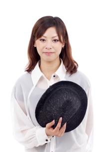 帽子を持つ女の子の写真素材 [FYI00084365]