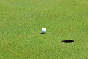 ゴルフボールとホールの写真素材 [FYI00084956]