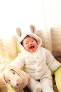 うさぎの着ぐるみを着た笑う赤ちゃんの写真素材 [FYI00085207]