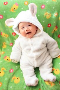ウサギの着ぐるみを着た笑う赤ちゃんの写真素材 [FYI00085211]