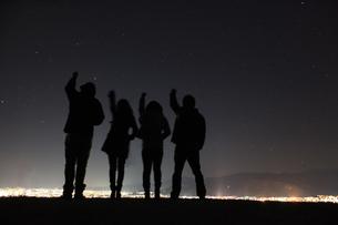 星空に手を伸ばす人影の写真素材 [FYI00085236]