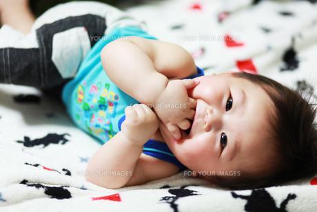 寝転びながら見上げる赤ちゃんの写真素材 [FYI00085377]
