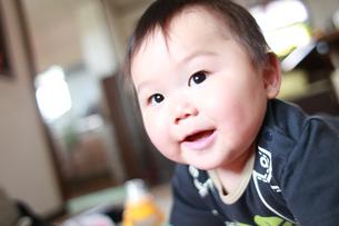何かを見つけて喜ぶ赤ちゃんの素材 [FYI00085379]